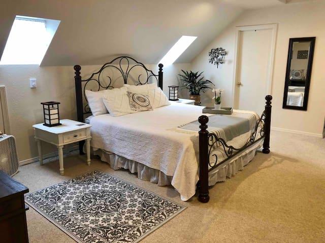 Private Loft Studio; Charming, Spacious & Clean!