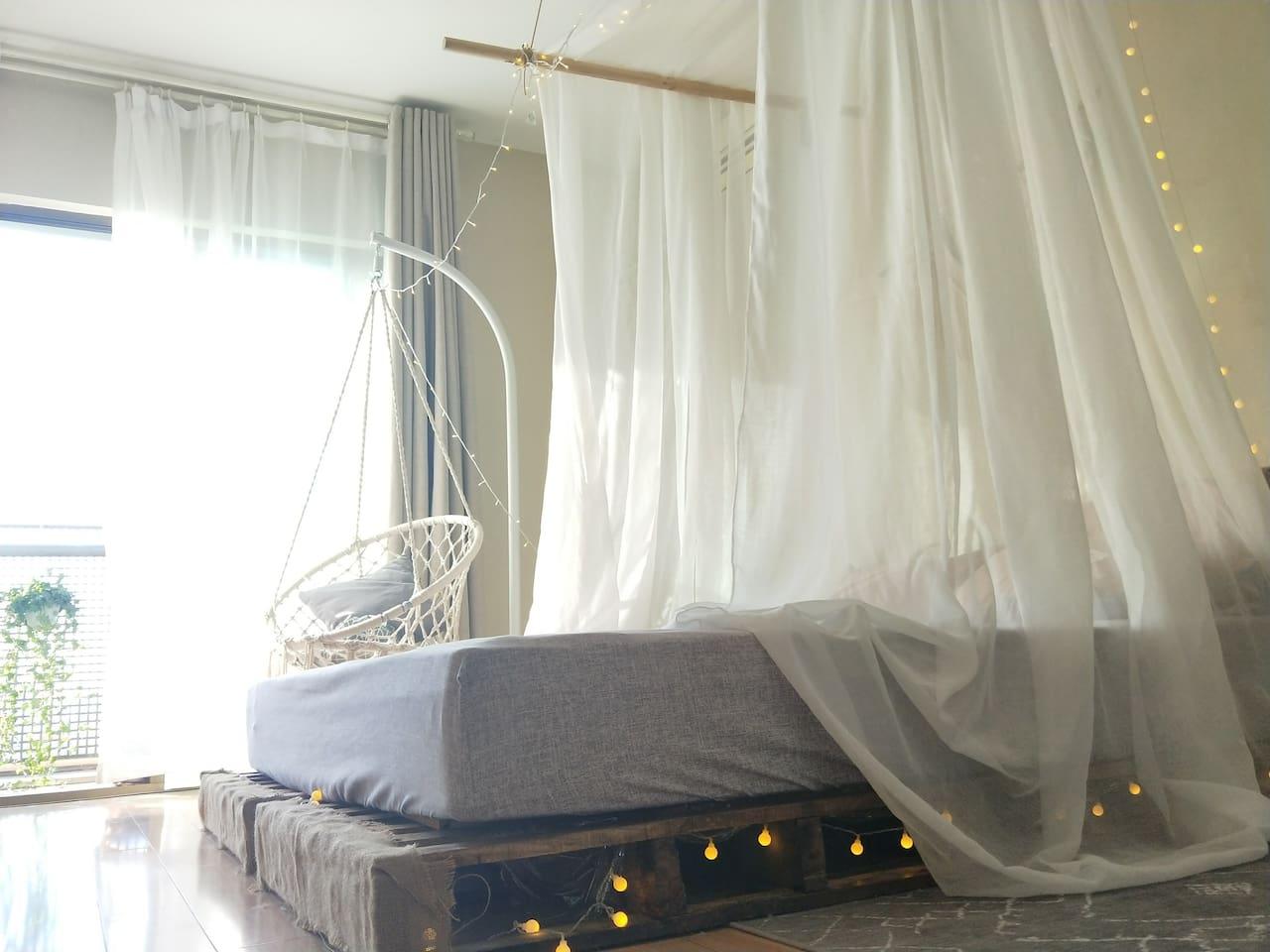 1.8米床,阳光超级好,到了下午可以洒在整张床上,整套房里,房东本人最喜欢的位置就是这里了