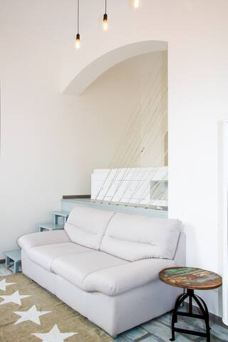 The bed (140x200 cm) is located on the fake floor.