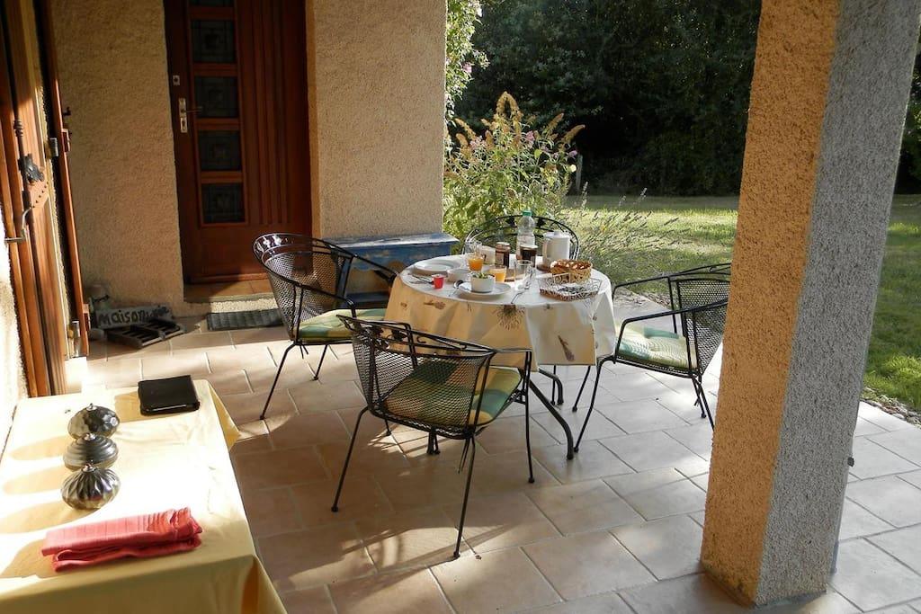 Mogelijkheid om heerlijk te ontbijten in het zonnetje op het oost-terras