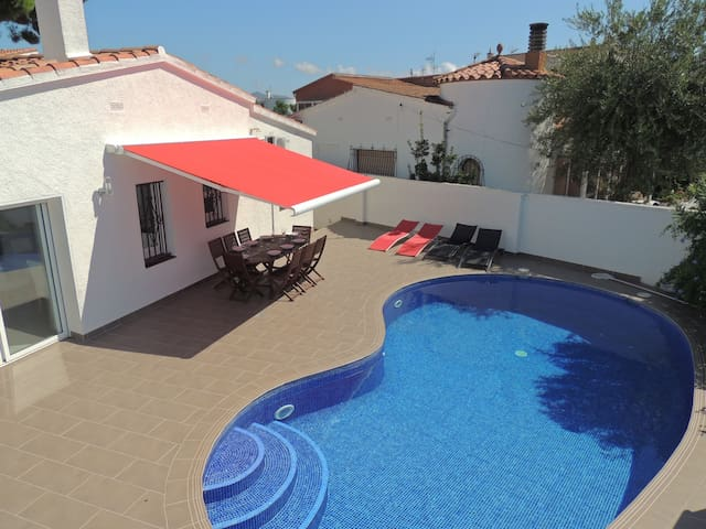 Beautiful 3 bedroom house with private pool in the center.