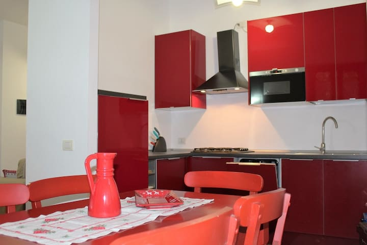 Charming apartment in a central location- Apartment Rosso