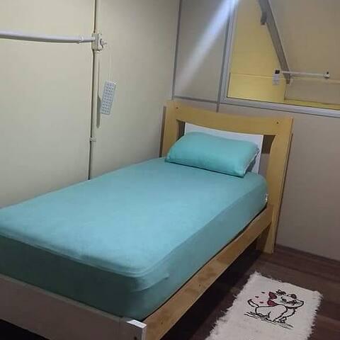 Dormitório 01 - Cama de solteiro.