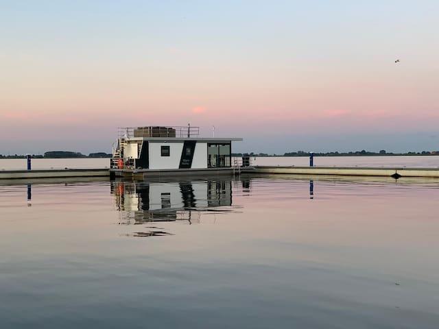Houseboat Sneekermeer met spectaculair uitzicht.
