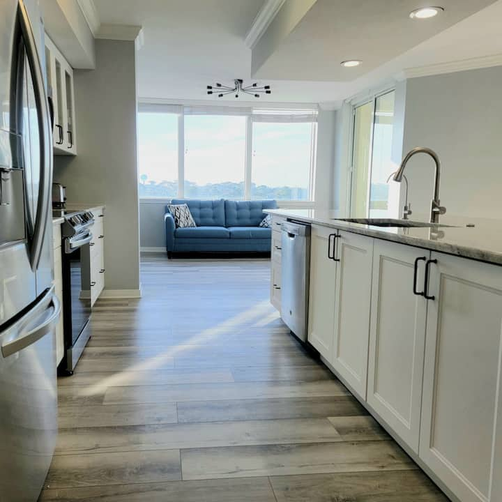 Stunning Remodeled Bayfront Oasis•Lazy River•Beach