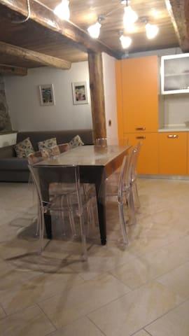 Cucina/soggiorno: un ambiente colorato e confortevole