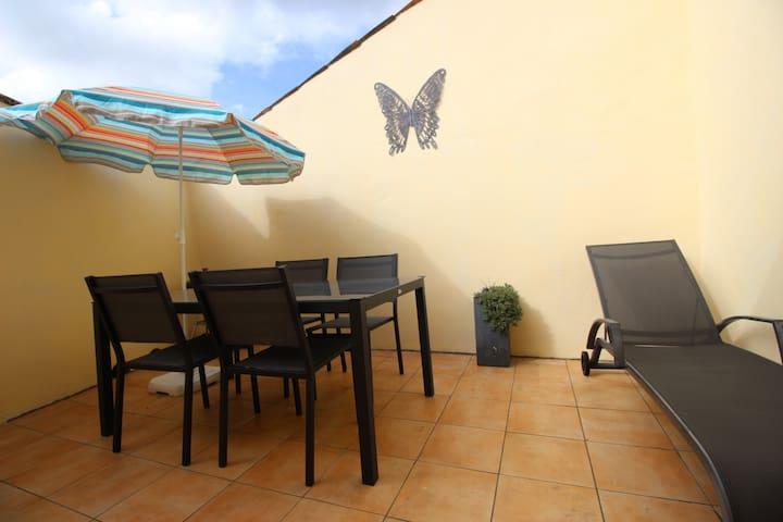 Gite avec WIFI /terrasse près chateaux et gorges.