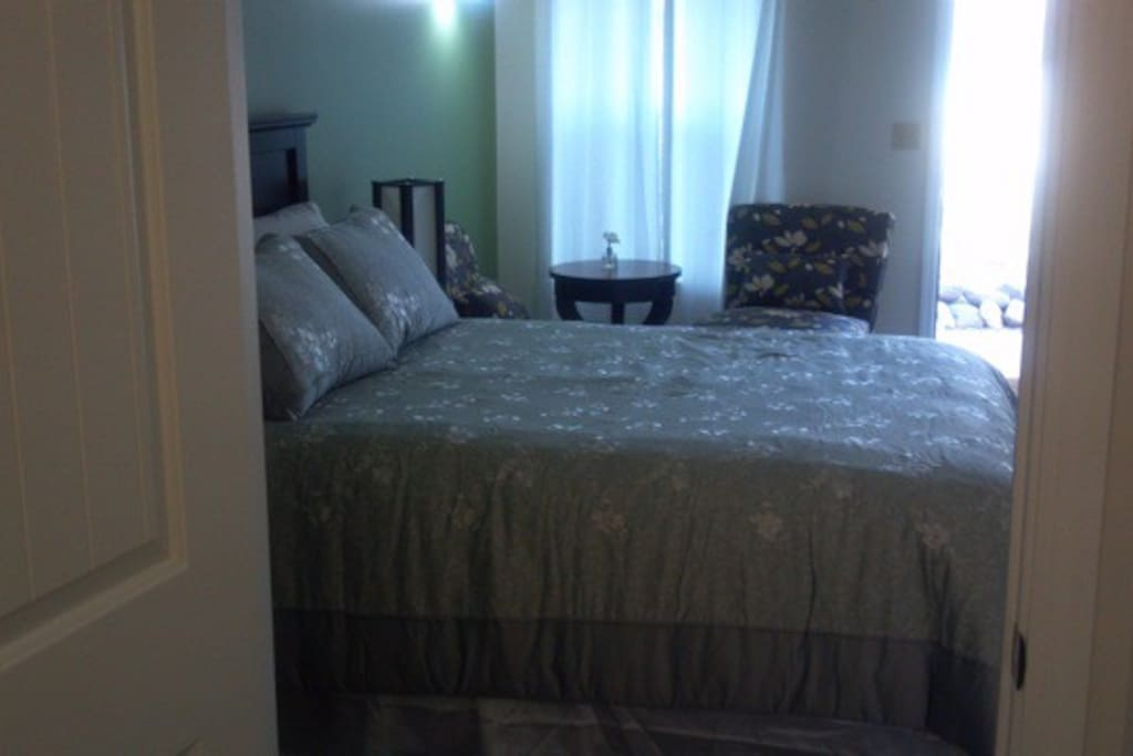Queen suite, with 2 easy chairs & table