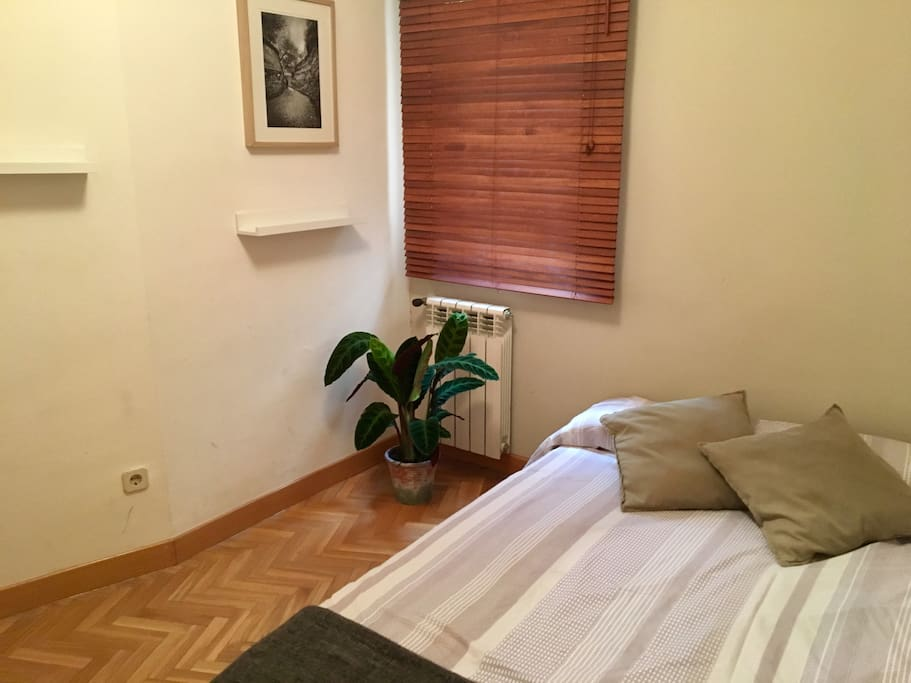 Private room with a 2 persons bed. The window leads to an inner yard so you can rest really relaxed with no noise.