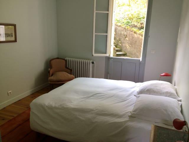 La seconde chambre donnant sur le jardin, avec un grand lit neuf de 160cm qui peut être séparé en 2 lits.