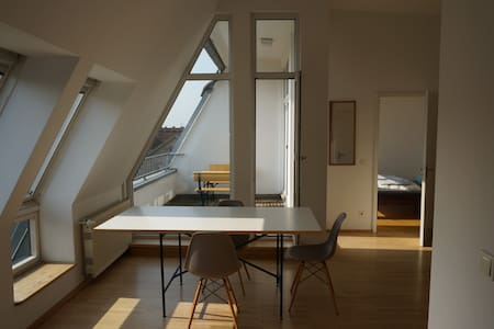 Bright city loft, Kreuzberg East with roof-balcony - Berlín