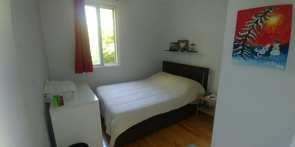 Best relaxing bedroom with double bed near metro.