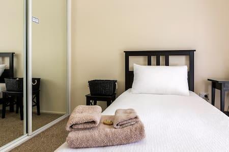 Private Room in Leafy Tingalpa - Tingalpa - 独立屋