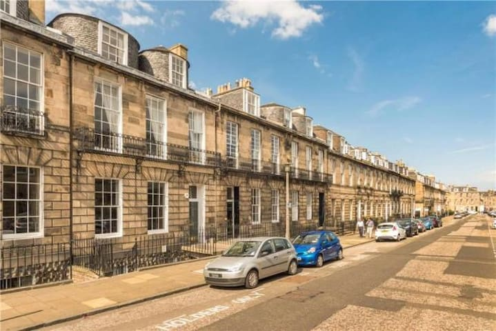 Beautiful City Centre New Town Flat: Private Room