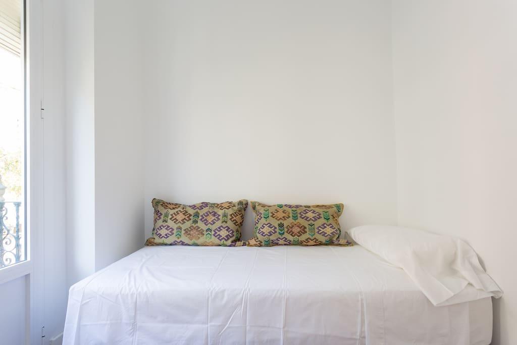 Dormitorio pequeño  con balcón a la calle