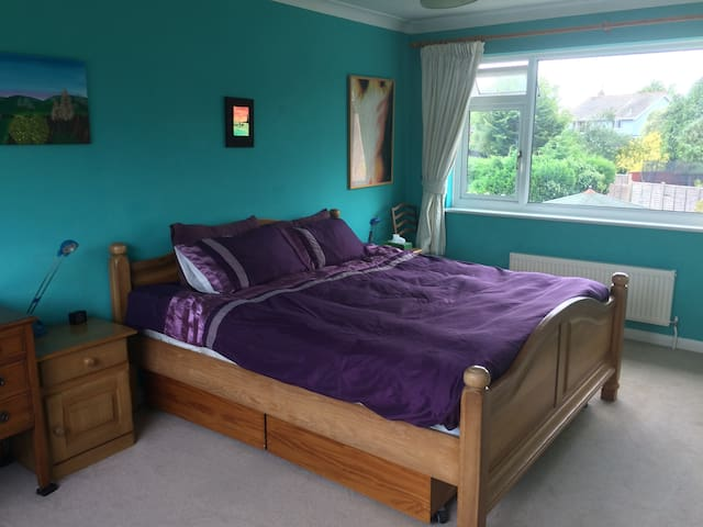 superking bed,  b'fast, walk to Chichester centre