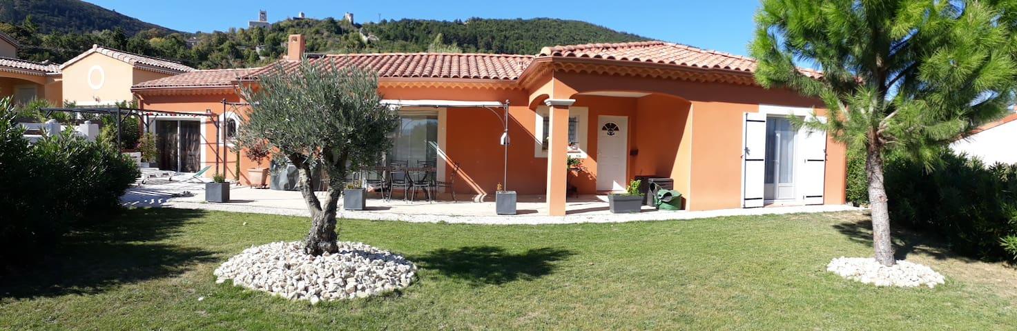 Villa quartier calme au coeur village provençal