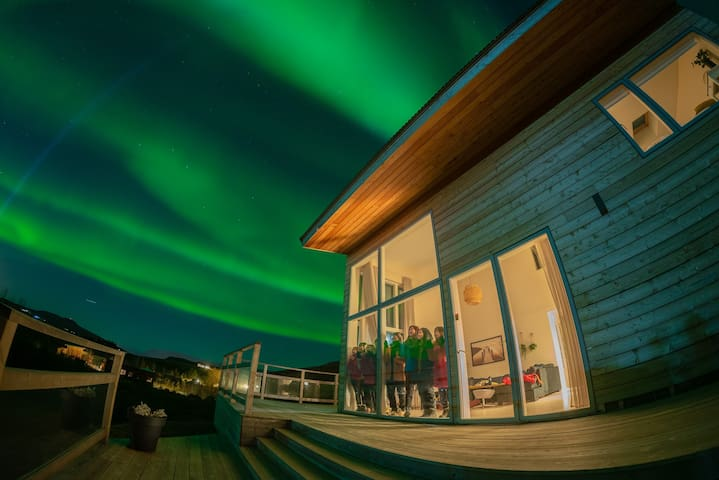 Northern lights Luxury  w/ hot tub! 10 min to city