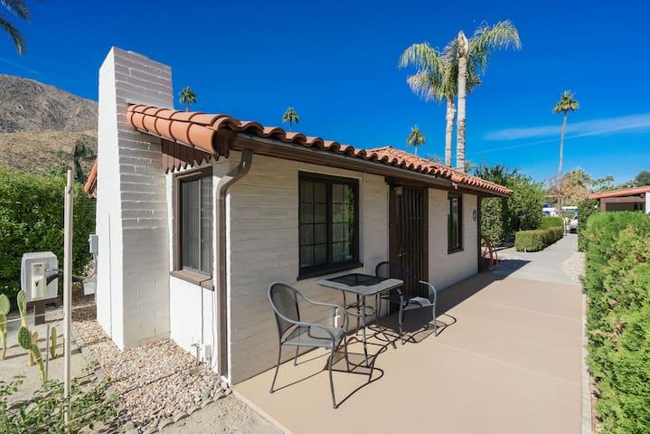 Palm Springs Cottage, APT F