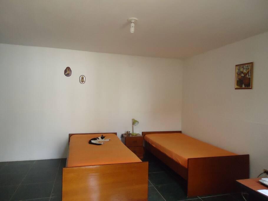 Habitación con aire y baño privado.