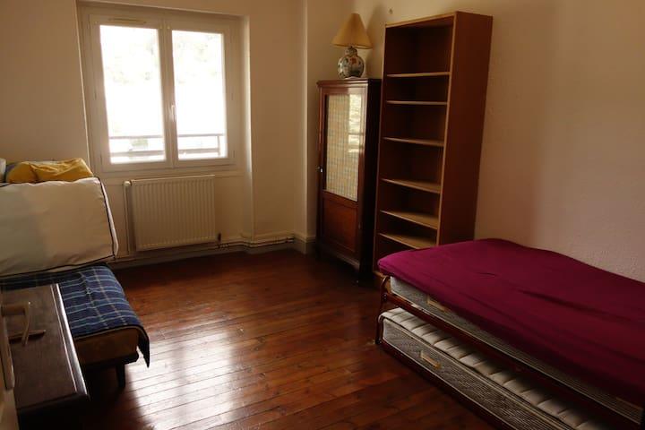 Chambre avec 3  lits simples (avec un sommier par lit)