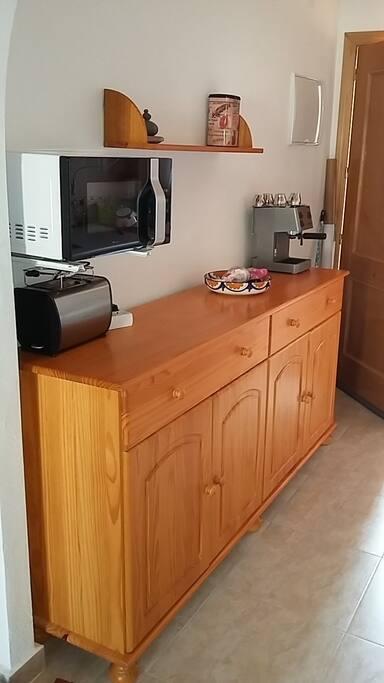Cocina con microondas y cafetera y tostadora
