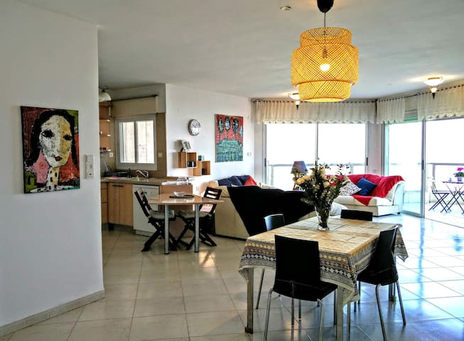 Chez Yvette, spacious apart. with light & sea view - Hajfa - Apartament