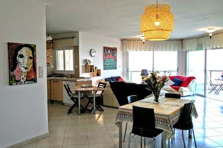 Chez Yvette, spacious apart. with light & sea view - Haifa - Lägenhet