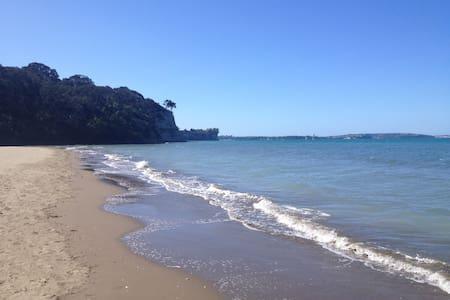 """Beach Retreat"" 300m from the beach - Auckland - Almhütte"