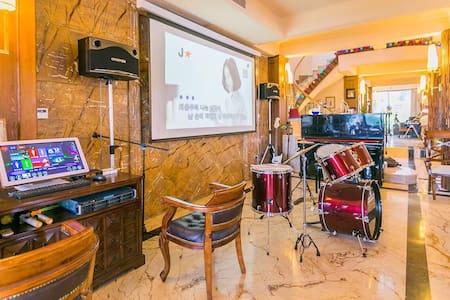 Xiamen Home2 厦门 2人1房1床1浴室大阳台一起玩唱歌台球 - Xiamen - วิลล่า