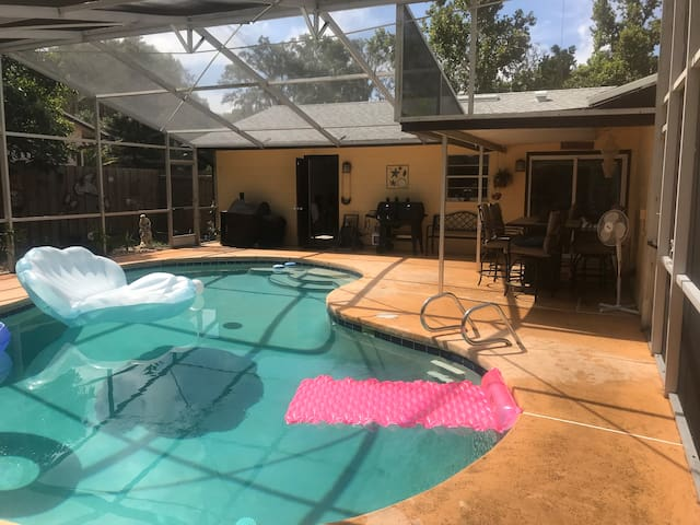2 bedroom, pool, cabana, pool table, hot tub, yard