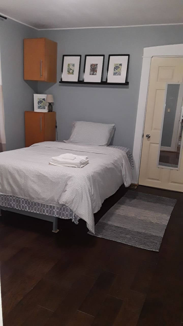 Spacious bedroom in downtown Lancaster R4