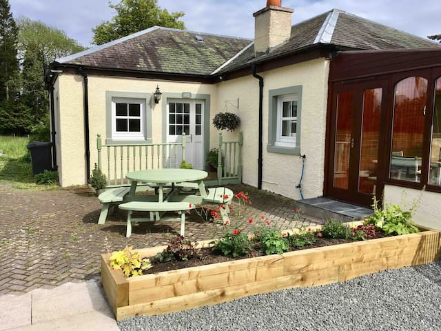 Cosy farm cottage 30 minutes drive from Edinburgh