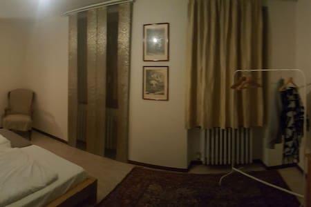 Kingsize-Bett im Pfarrhaus - Giebelstadt - 단독주택