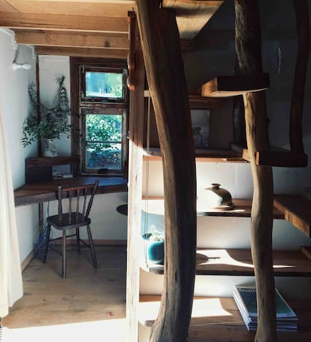 Writing desk and stairs leading up to the loft. Image by @plantandsun