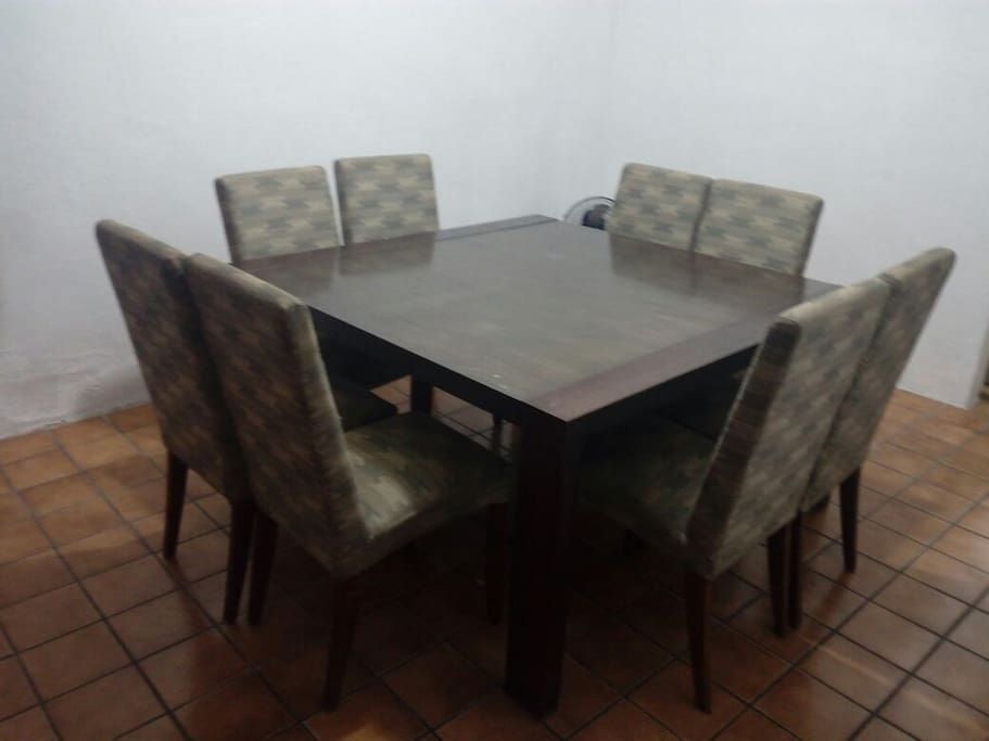 Amplio comedor para 8 personas // Big table for 8 people