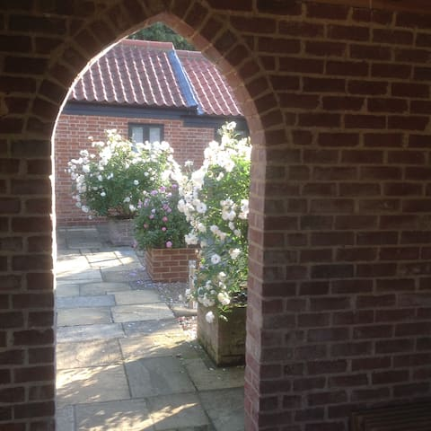 Longer stays in The Courtyard Apartment 28/90 days