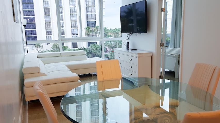 BEACHFRONT 2 bedroom CONDO-HOTEL bayview & parking