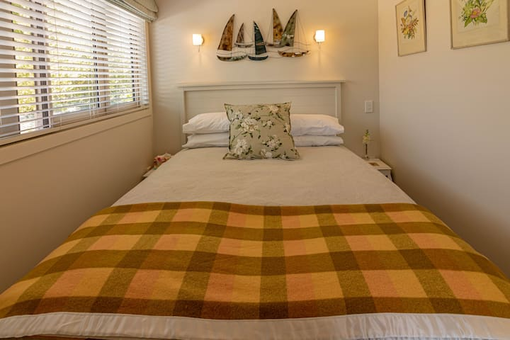Luxurious queen size bed with 100% cotton linens & pure wool blankets. A pillow to suit everyone.