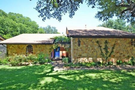 2 Private Rooms and 1 Bathroom - Walk to Greenbelt - Round Rock - House