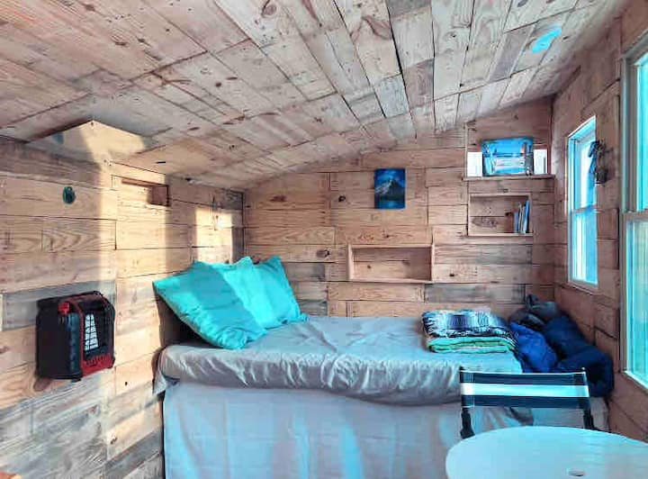 Winter Retreat- snowshoes included. Tiny house.
