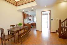 乌镇别苑4号,二层楼的排屋,静住乌镇景区三公里处,有投影仪,大客厅,二居室。