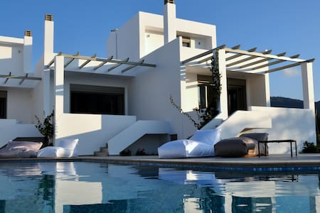 Villa Cotton -relax by the pool and the sea
