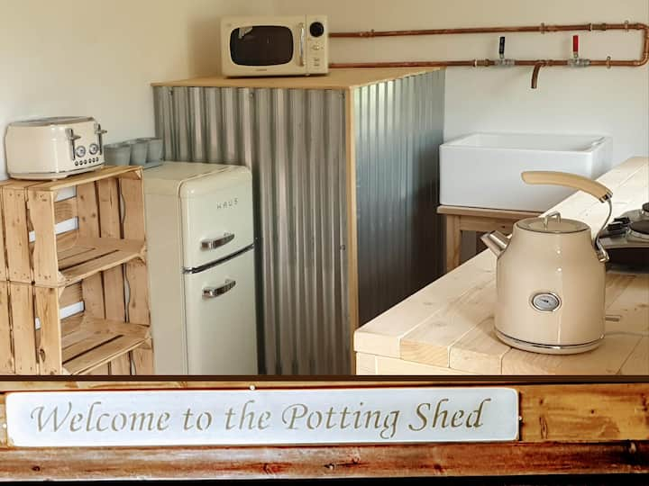 'The Potting Shed' with HotTub, FourPoster, Hamper