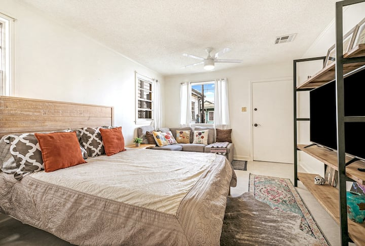 Clean Modern Comfort 8 Blocks to French Quarter