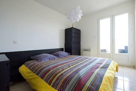 Chambre  avec terrasse dans maison - Dům