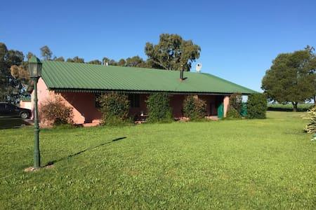 Casa de campo con piscina y parrilla