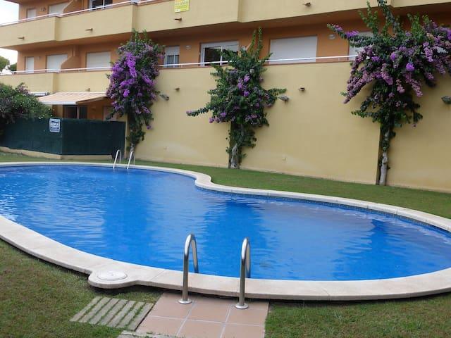 Apto. MONTGO- 2 dorm. piscina comunitaria