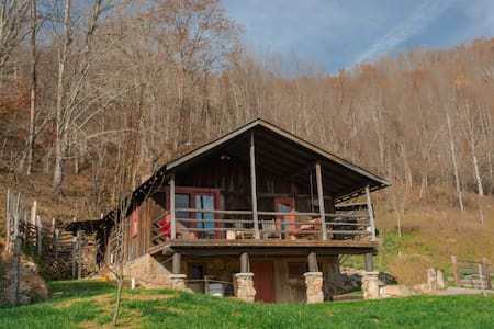 Mama Bear Cabin-Nestled amongst Three Bears; awesome views & privacy!
