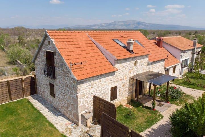 Maison de quatre chambres avec air conditionné Bogatić (Krka) (K-17168)